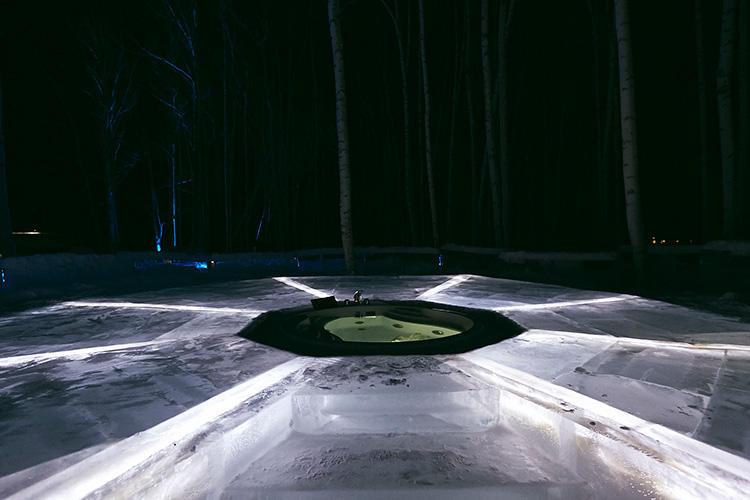 外に作られた氷の露天風呂。