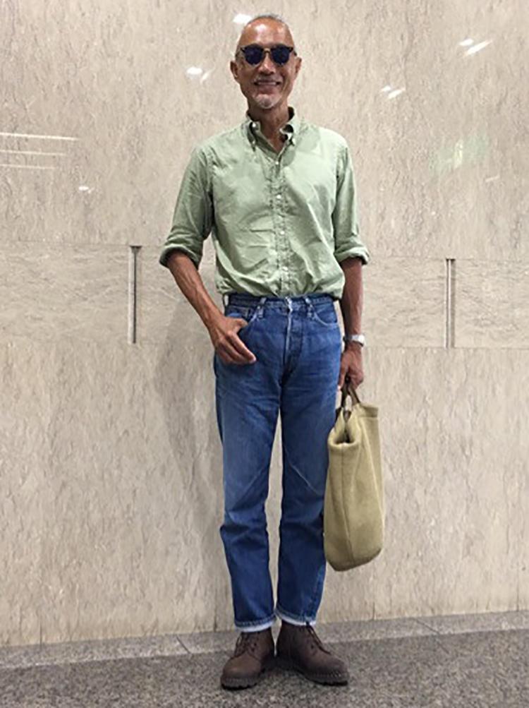 モスグリーンのBDシャツにジーンズを合わせたシンプルな夏のコーディネイト。