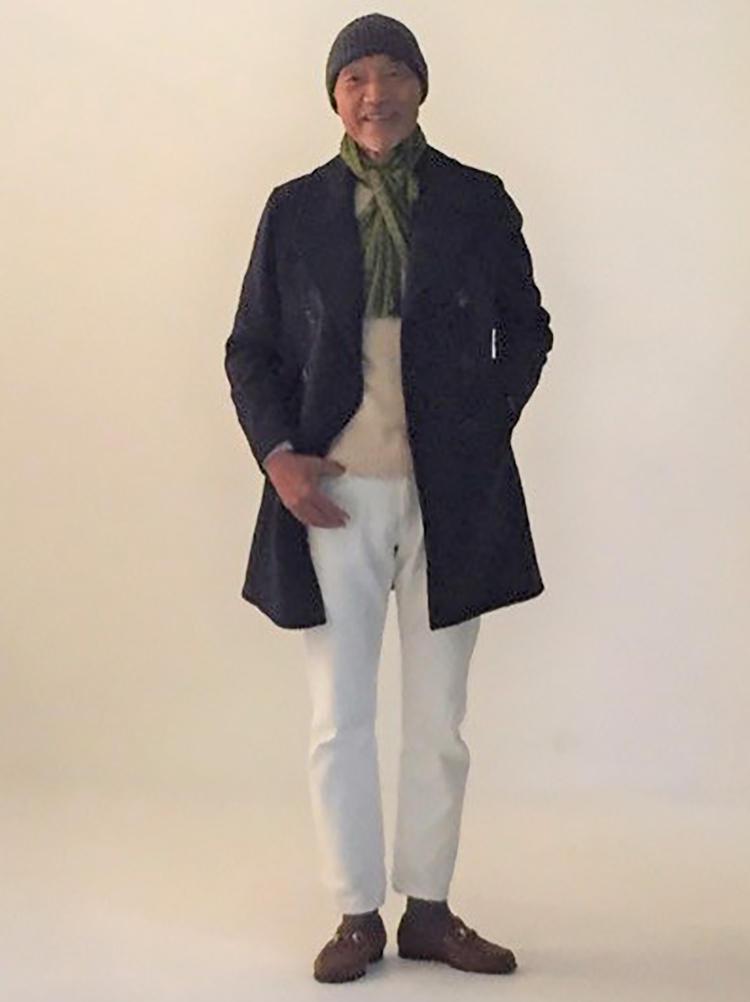 冬のホワイトデニムの模範解答。ネイビーのコート、ベージュのニット、グリーンのマフラーと、色合わせが絶妙だ。