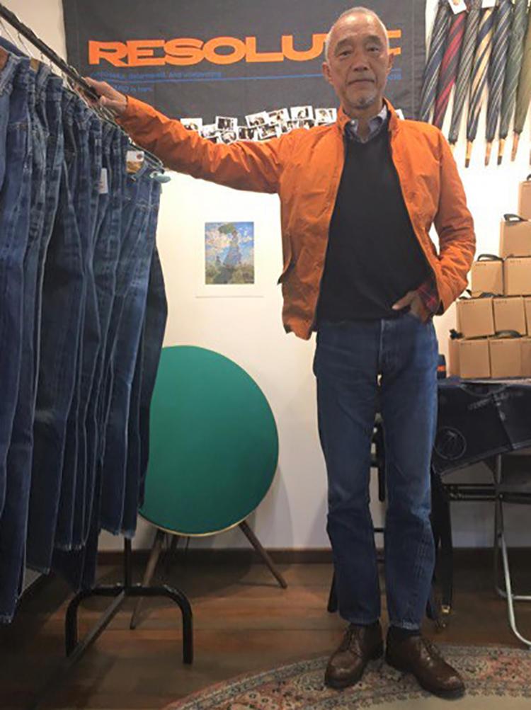 スウィングトップは林さんのお気に入りの一つだ。BDシャツにニット、とシンプルな中に、ジャケットの色使いで華やかさが生まれる。