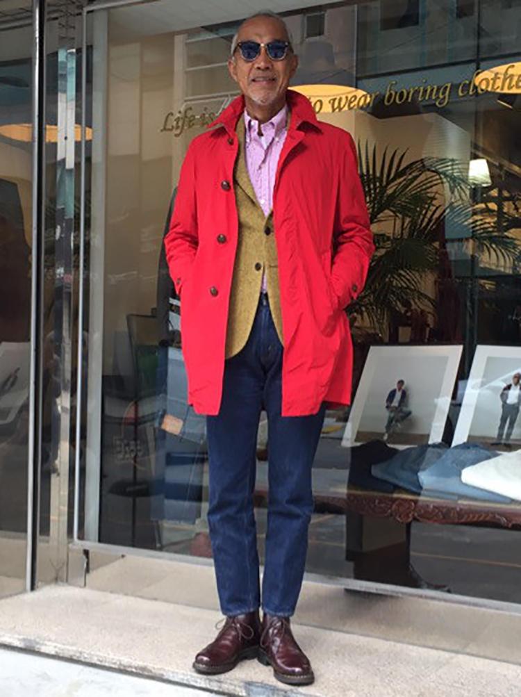 上質なツイードジャケットの上に赤いコートで茶目っ気を演出。大人がジャケットとジーンズを合わせるときは、こうありたい。