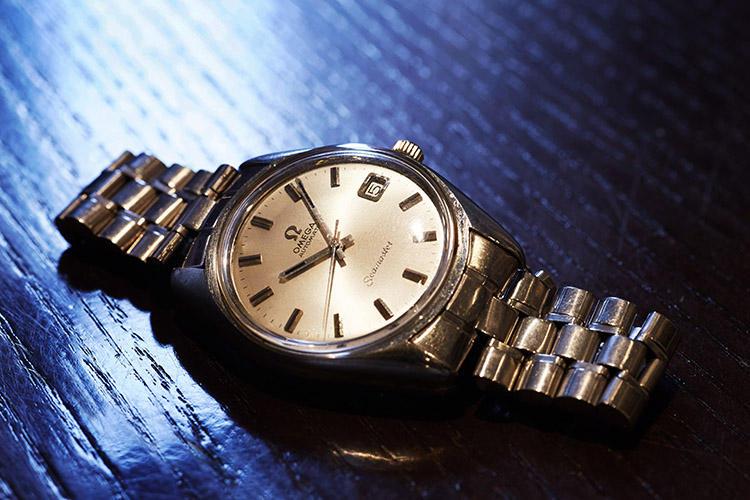 1974年式のオメガ シーマスターは20年以上前、社会人になった齋藤さんにお父さんから贈られたという。「スーツに合わせる時計は考えてしまいがちです。そんなときアンティークは収まりがいい。華奢で奥ゆかしいくらいのものが好みです」。