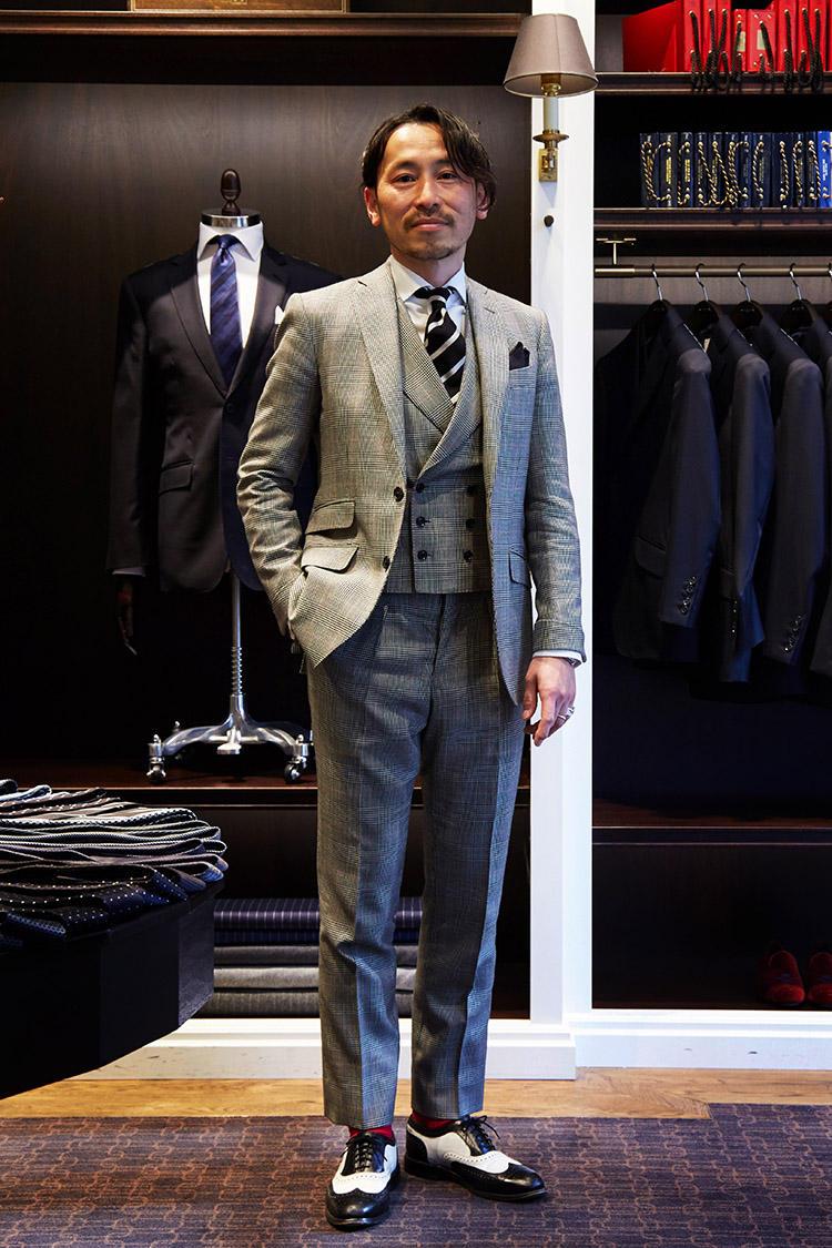 スーツ、シャツ、タイ、チーフ、ソックス/すべてハケット ロンドン(※スーツはパーソナルテーラリング) シューズ/アレンエドモンズ。ハケット ロンドンでシャツをオーダーすると、端切れで作ったチーフがおまけで付属する。齋藤さんが刺しているチーフはお客様がシャツをオーダーした際のおまけをプレゼントされたものだ。