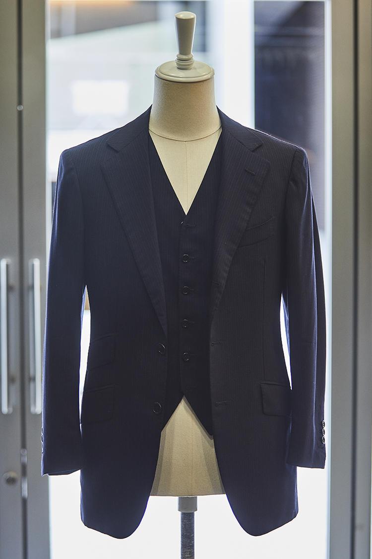 エディフィス勤務時代、イタリアで爆買いしたスーツのうちの一着。「ナポリのサルトで仕立てた3ピースで、パンツは後ろに尾錠が付いています。今でもたまに着ていて、学ぶことが多い一着です」。