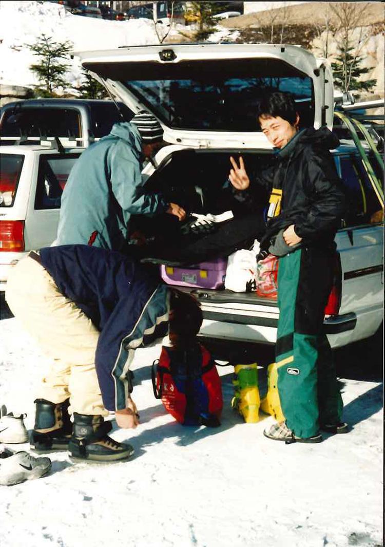 こちらも20歳代前半の奥野さん。「スノーボードの人気がすごく出てきていた時代です。周りはほとんどスノーボード派なのに、なぜかスキーにハマってスノーボーダー達と一緒になってジャンプ台やハーフパイプに入り、滑っていました」。