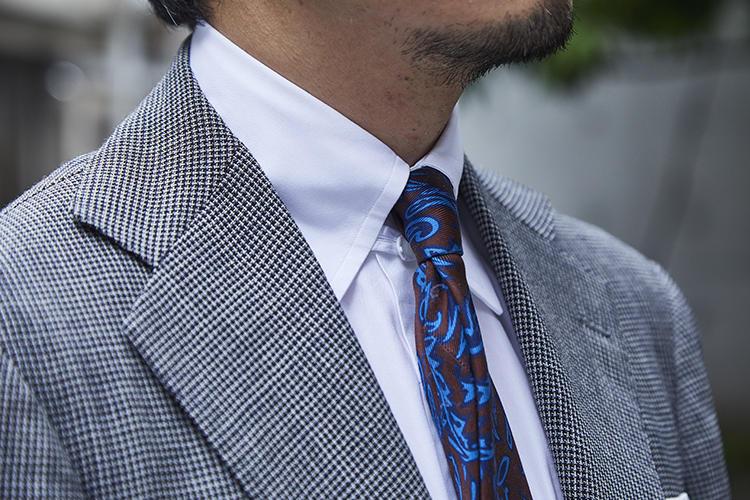 タブカラーのシャツとタイはリング ヂャケット ナポリ。ともにナポリで作られたものだ。