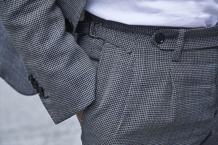 パンツはベルトレスのサイドアジャスター仕様と通好み。