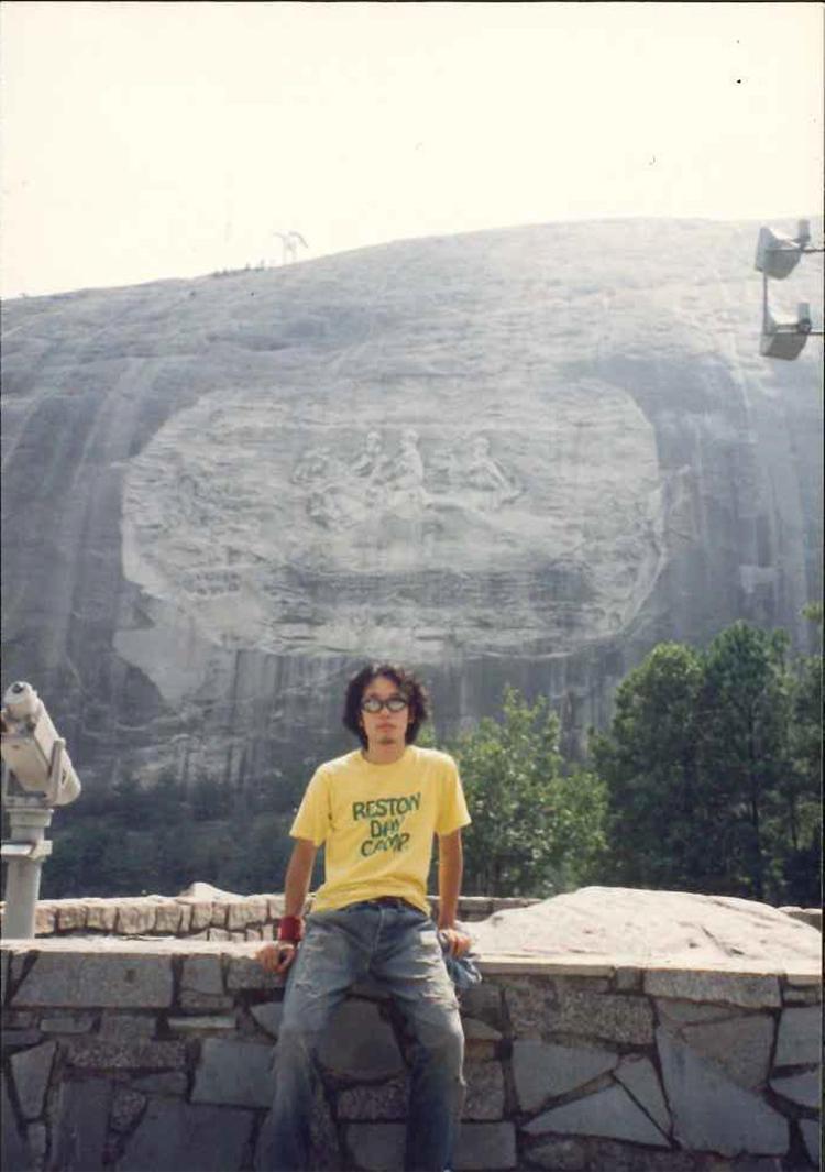 こちらも19歳の時のアメリカ旅行の一枚。「古着のTシャツにリーバイスはビッグE……。典型的なアメカジ愛好者だった時代です」。