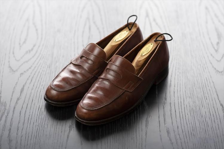 入社した年に先輩から譲ってもらったというジョンロブ。「なんとかっこいい靴だろう」とエルメスに行き、それ以降、かなりの数のジョンロブを購入した。所有するのはローファーばかりで、リオが5足、ロペスが2足。ネイビーカーフ、グリーンカーフ、スエード、ブラック、コンビなど、色や素材のバリエーションは各種揃えられている。ザ ソブリンハウス20周年としてジョンロブに別注をしたときは感無量だったそう。