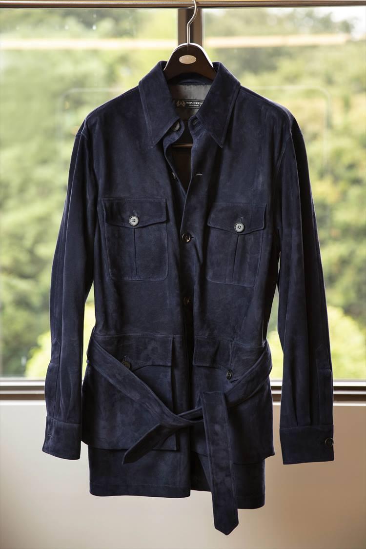 ソブリンのサファリジャケット。60年代の伝統的なサファリジャケットをモチーフに上質なスエードで仕立てた大人の一着だ。イタリア製。20万円(税別)。<br />ザ ソブリンハウス TEL:03-6212-2150