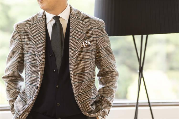 「ピッタリしているのがイヤなので」とニットベストは、上からボタンを二つ外して着るのが太田さん流。さりげないが、着慣れた雰囲気が演出できるので、ぜひ参考にしたい。