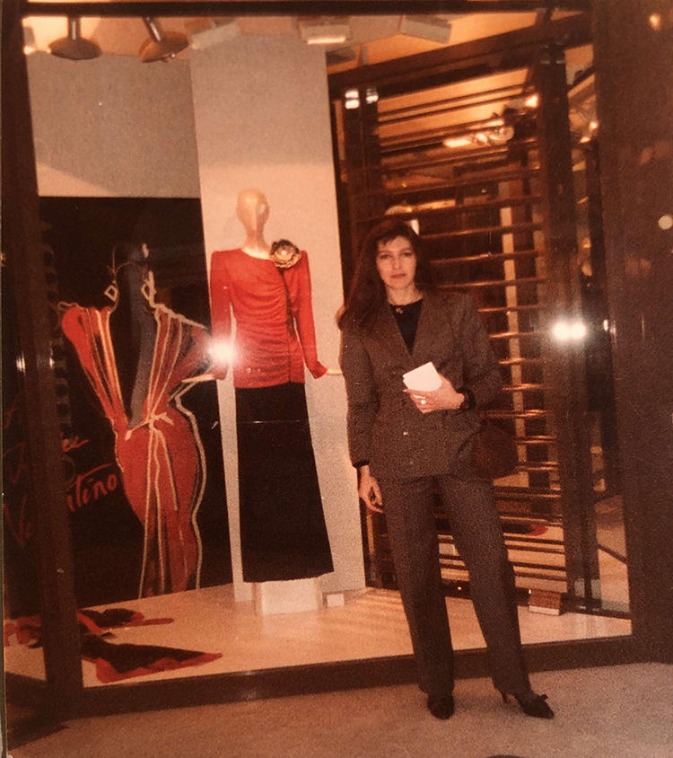 My mother on Madison Ave. in the 1980s wearing the suit made by my Renzo's tailor on the Ponte Vecchio.   1980年代、NYのマディソンアベニューにて。母は、フィレンツェのポンテヴェッキオにあったレンゾ御用達のテーラーで作ったスーツを愛用した。