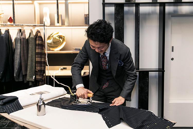 縫う前に、1本分のパンツ生地に縫う前にアイロンをかける作業はおよそ50分もかかる。