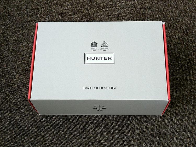 靴箱です。ロゴの上には2つの英国ロイヤルワラントが誇らしげに鎮座。