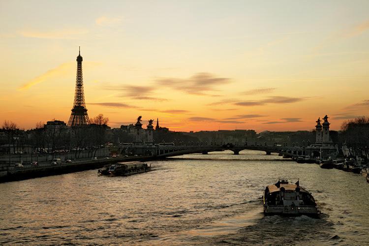 暮れなずむセーヌ河畔。パリでは、こんな風景を味わいながら、街歩きを楽しむ。25年前には、トロカデロ広場を貸し切り、エッフェル塔をバックにCM撮影をした。