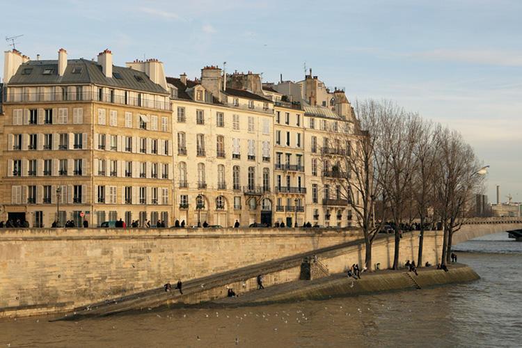 暖かくなると、運河沿いの場所でパリの人々が、ワイン片手に夕方までワイワイやっている姿も目にする。そんな空気感も大好きなパリの一面。