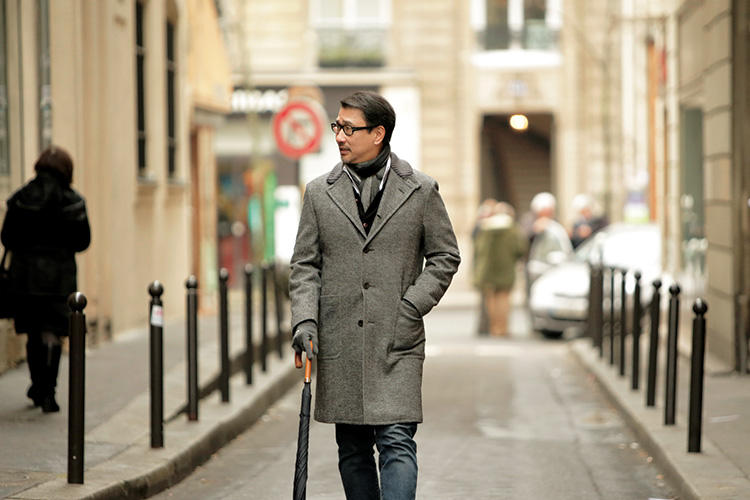 ロングコートが好きになったのは、カフェの前を行き交うパリの人々のコート姿を目にしてからだという。