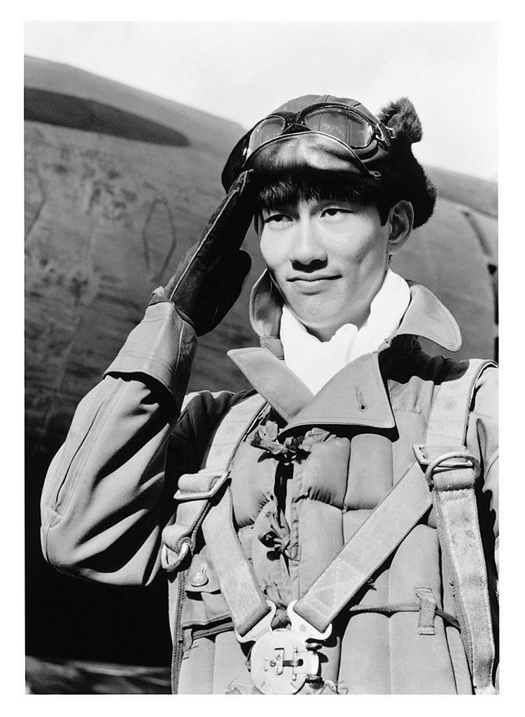 亡き父、佐田啓二さんの17回忌にて、テニスで驚くほど日焼けした精悍な姿が松林宗恵監督の目に留まる。中井さん19歳の時だった。そして特撮戦争映画『連合艦隊』(1981年公開)に大抜擢。特攻出撃した戦闘機搭乗員、小田切正人役を見事に演じきった。©東宝40