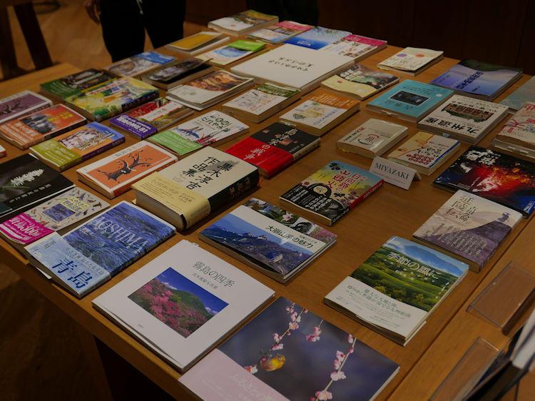ブックディレクターの幅允孝氏によってセレクトされた、旅をテーマにした本が揃うブックギャラリーも併設する。