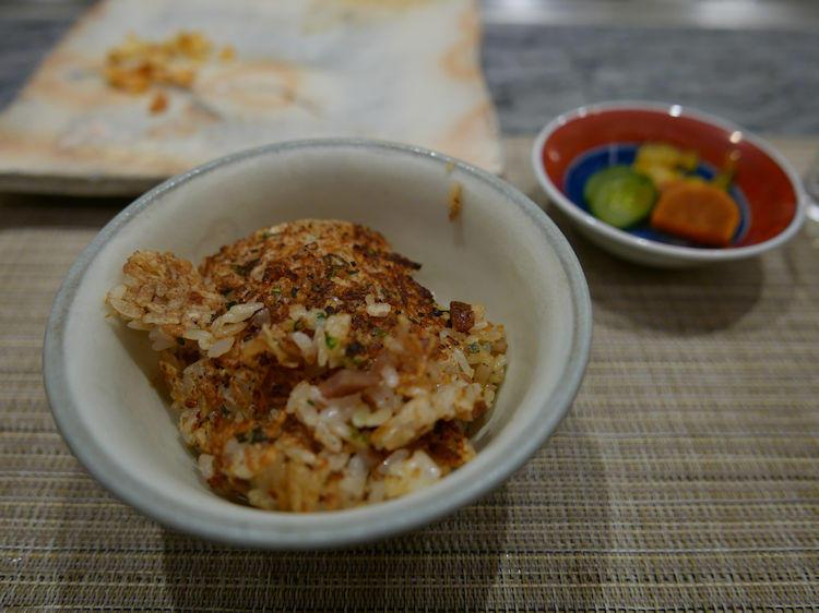 平澤編集長は、「ガーリックライス」をチョイス。「しらすと梅と牛肉とおこげのマリアージュが最高です!」
