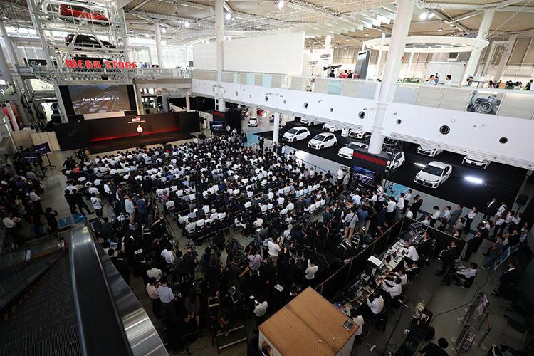 お台場のMEGA WEBで行われた発表会には500人超の報道陣が押し寄せ、立ち見も!