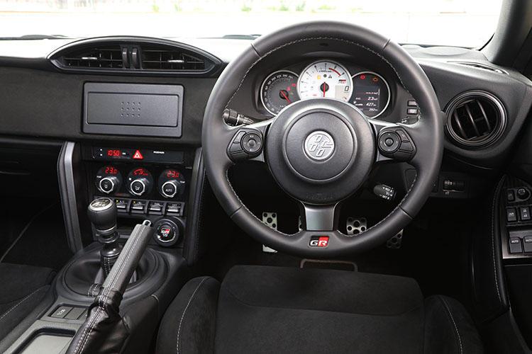 86GRの内装。専用のステアリングやメーターに、シートはレカロ製になっている。