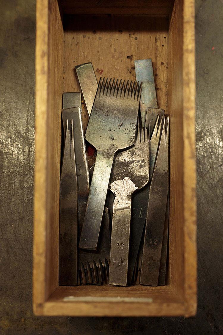 革に縫い目の位置を刻む「目打ち」。日本製とフランス製では刃先の形状が異なる。革やステッチの雰囲気によって、道具を変えているそう。
