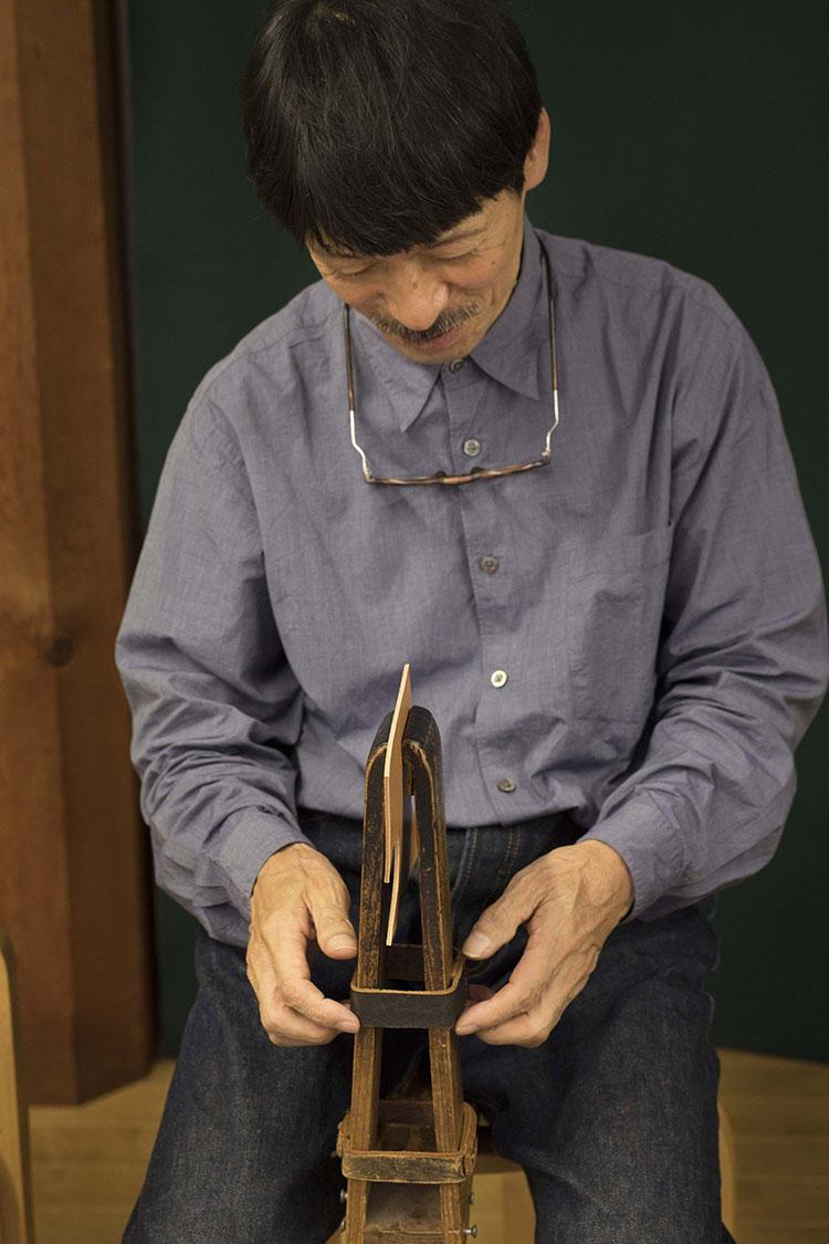 革を縫い合わせる際に、素材を固定する「馬」と呼ばれる道具。自作のものとフランス製を作業によって使い分けている。