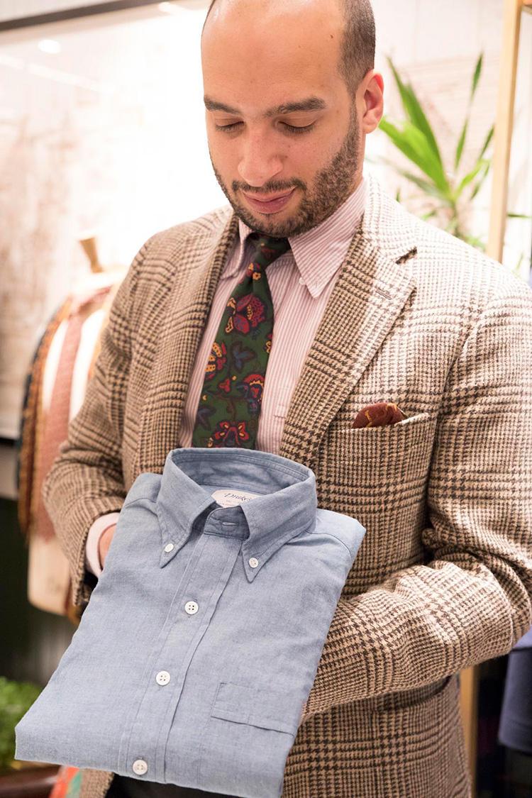 シャンブレーシャツは、日本のデニムを使っておりとても柔らかな肌触り。こちらはメインライン。シャツ2万7000円