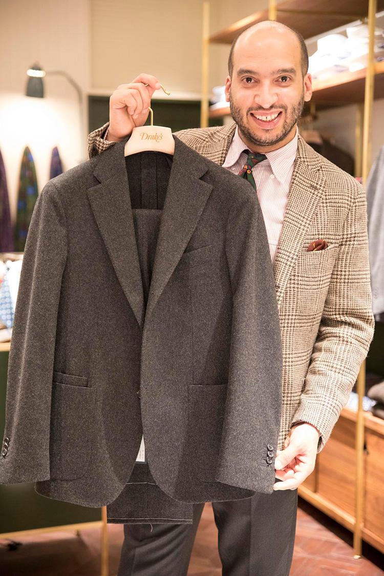 フォックス・フランネルのフランネル素材を使ったスーツ。パッチポケットでカジュアル感がありながら、チェンジポケットでクラシックな雰囲気もある。ジャケット10万3000円、パンツ4万3700円