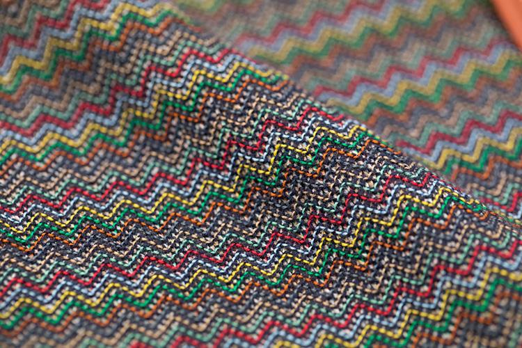 カラフルな中にもネイビーの糸が混ざり、どこか落ち着きも感じさせる。