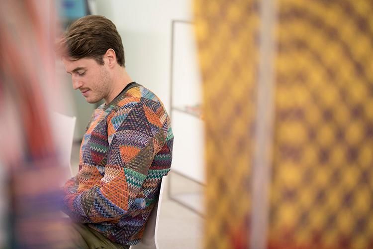 遠目からもミッソーニと分かる、唯一無二の色使い。まさに「着られるアート」だ。