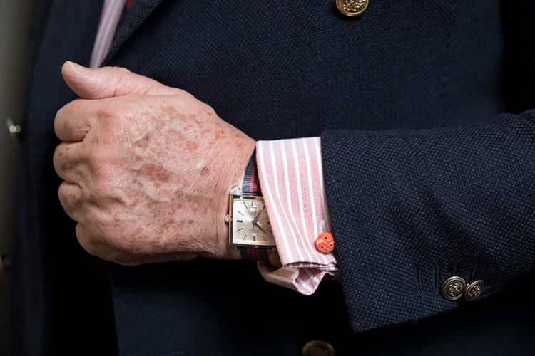 ドレスシャツは、基本ダブルカフスに仕立て、全体のコーディネートカラーに合ったカフリンクスを合わせるのがプリモ流。また、時計ベルトももちろん複数本を用意。このスタイルでは、ドレッシーな雰囲気に合わせてヴィンテージウォッチに赤が入ったリボンベルトを。