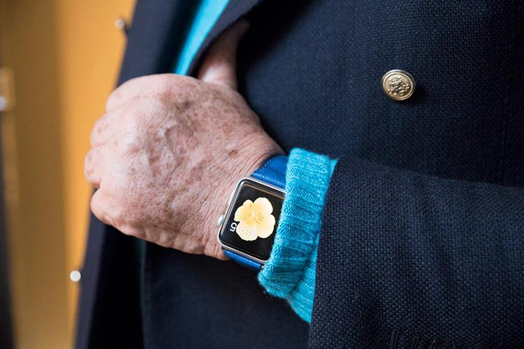 出張移動時は、メールなどもチェックできるようアップルウォッチが便利。このブルーコーデには、カミーユ フォルネのクロコベルトを合わせた。