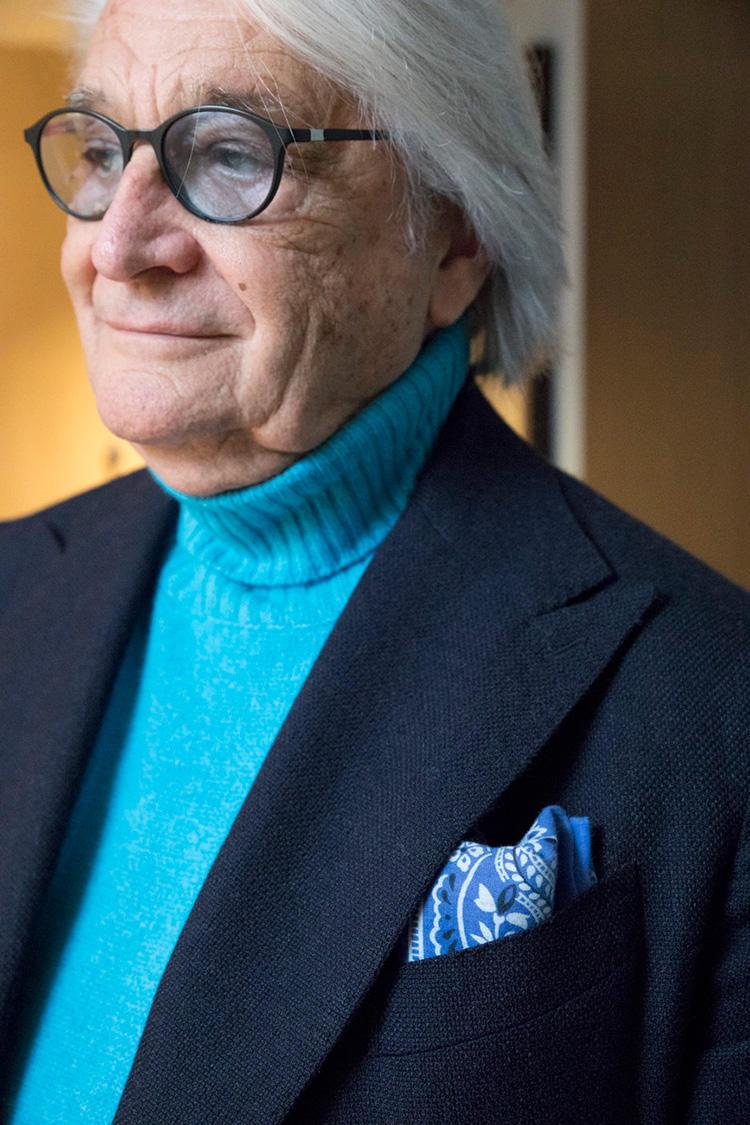 ノータイのときは、ターコイズ色のタートルニットに色を合わせてブルーのシルクチーフを胸ポケにIN。これだけでも、お洒落度がアップ。ちなみにこうしたスタイルのときは、サングラスのレンズも、若干ブルー系のものを選ぶ。