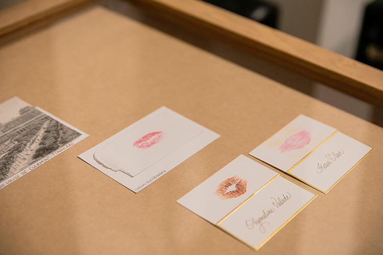オリヴィエ・サイヤール氏の「キス・コレクション」。5年前ほど前から収集をはじめた。ガラスケースに収められたのは女優さんなどからいただいた貴重なモノ。
