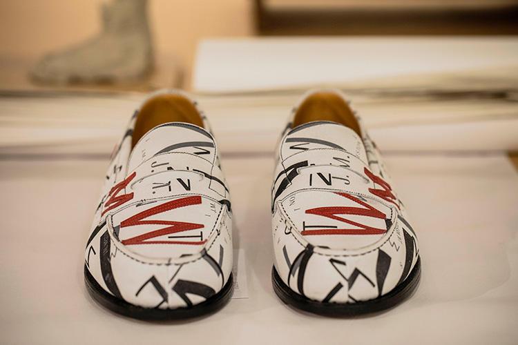 「JMW アップリケ シングルソール180」。ホワイトスエードカーフスキンをアッパーに使い、シルクスクリーンでジェイエムウエストンの文字を散りばめた。シューズ全体には、レッドのエンボス文字を縫い付けている。68万400円
