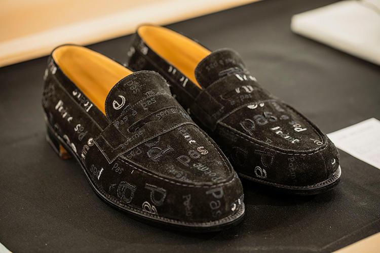 「テキスタイル・エンブロイダリー シングルソール180」。ブラックスエードカーフスキンの表面には、パリでオートクチュールの刺繍を手がける老舗「メゾン・ルサージュ」のエンブロイダリーが施される。420万1200円