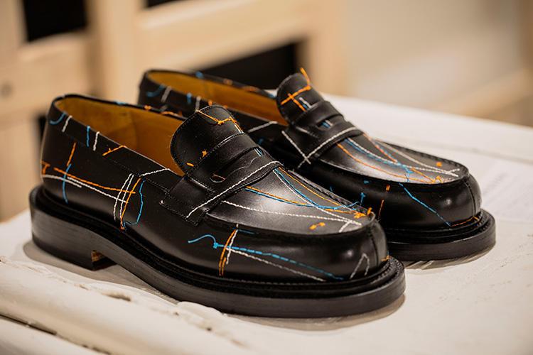 「マスター・ペインティング トリプルソール180」。アイコニックなブラックボックスカーフスキンから、カッティングラインをなぞるように糸目が走るエンブロイダリー。オートクチュールの仮縫いをイメージしている。68万400円