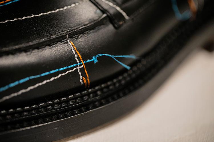 刺繍が途中で止まっていたりするのも、仮縫いを連想とさせるユニークな技法。
