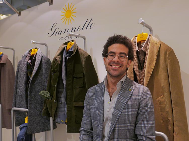 ジャンネットのデザイナー、ヴィンチェンツォ・サンソンニさん。こちらも、グレー系のチェックジャケットにグレーシャツの同色合わせ。