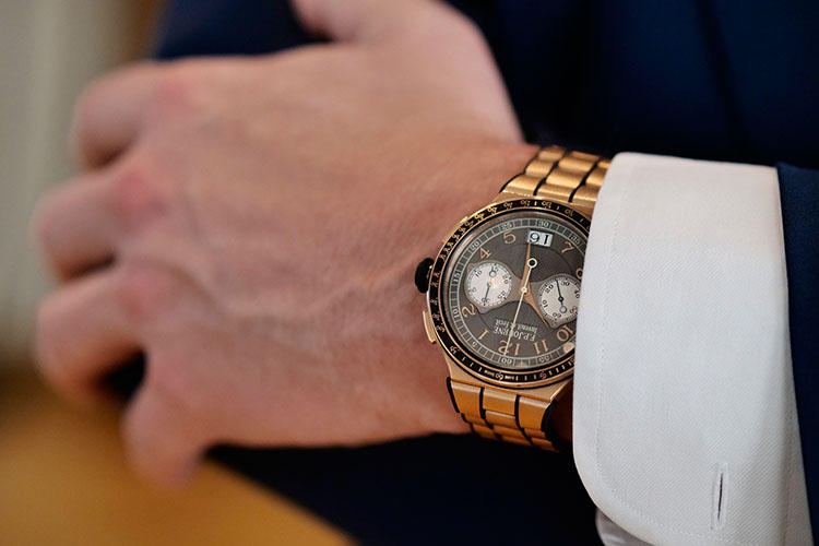 腕にはお気に入りという18Kローズゴールド製の「クロノグラフ・モノプッシャー ラトラパンテ」。