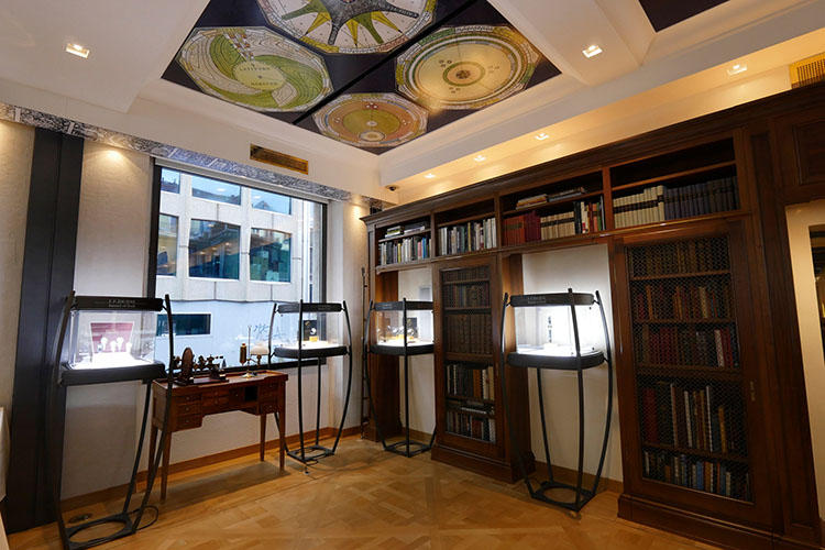 大きなクロック、細密な天井画、工作機械などがあって、いつ訪れても居心地のいい空間。