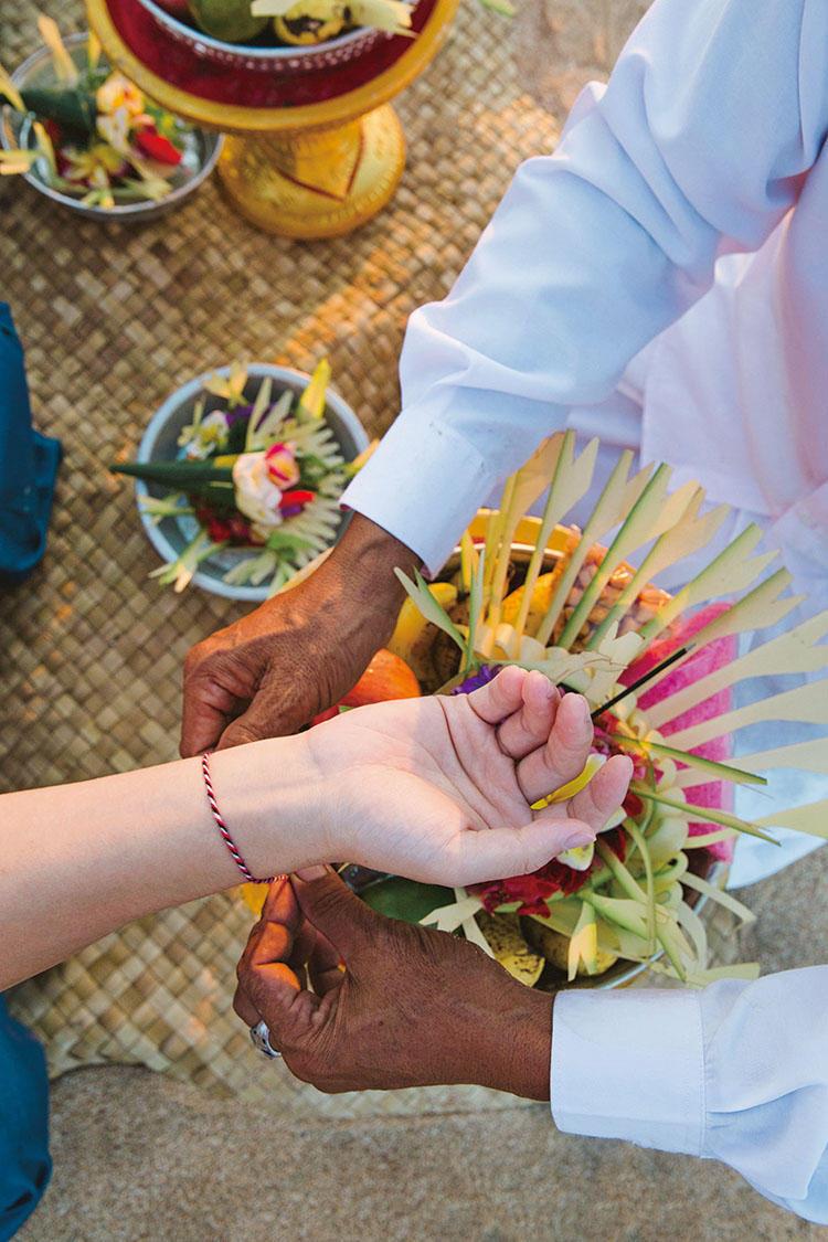 火、海、太陽のパワーが宿った糸を手首に巻きつけて儀式は終了する。この浄化儀式をはじめ、ヨガや古代寺院ツアーなど、リラクゼーションから伝統文化体験まで、目的に応じて多彩なアクティビティが受けられるのも魅力だ。