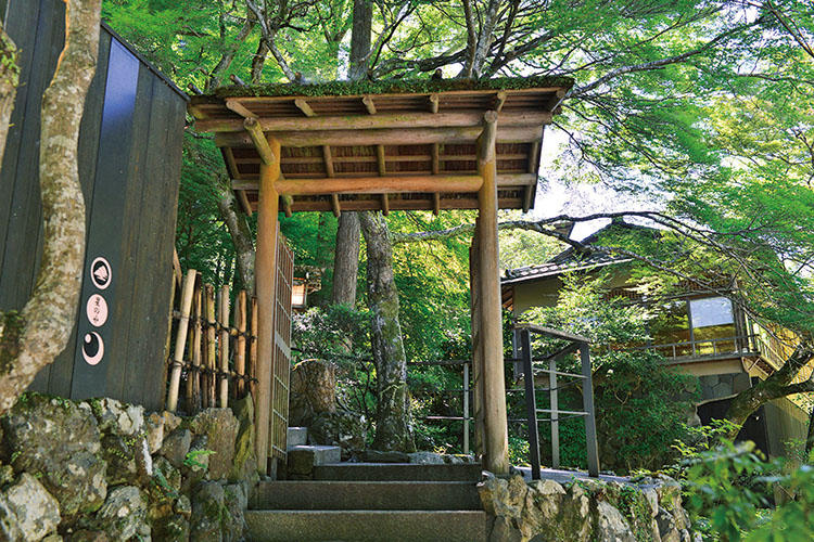 京都の豪商・角倉了以の私邸をリノベーションした建物はレトロモダンな味あり。町の喧騒とは無縁な嵐山のはなれだ。