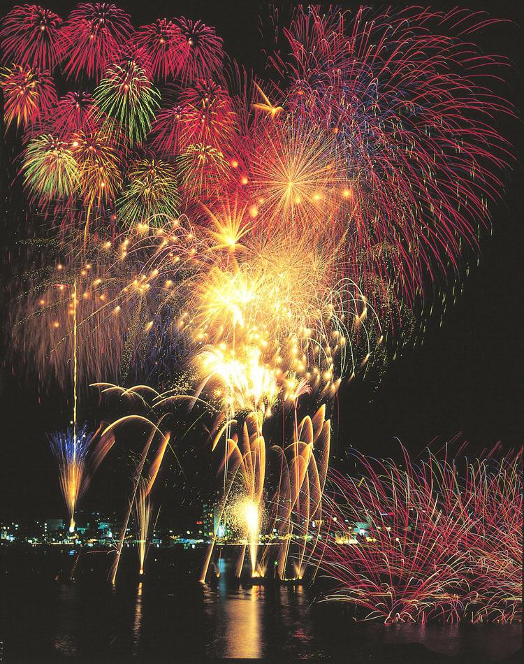 8月中には、数多くの花火大会が伊東周辺で開催予定のため、<span style='background-color:#d3d3d3'>全室が花火鑑賞の絶好のスポット</span>となること間違いなし! 夏の終わりに、駆け込みで訪れるのもオススメだ。(8/26にも花火大会あり!)