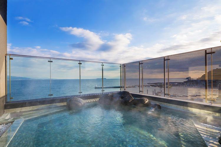界 アンジンの醍醐味のもう1つは、お部屋だけでなく、<span style='background-color:#d3d3d3'>これまたスケール満点にオーシャンビューな、最上階にある大浴場と大浴場露天風呂</span>だ! ゆったりと温泉につかって、太平洋の青い海と青い空を独り占め・・・これぞ、最強の贅沢!