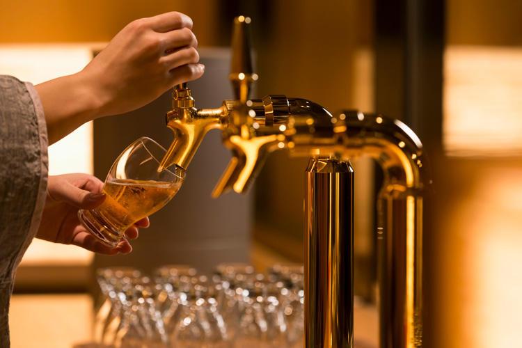温泉から上がったら、その隣の<span style='background-color:#d3d3d3'>湯上がり処で寛ぎのひとときを</span>。ビールサーバーに紅茶、アイスキャンディーなども常備されているので、1杯2杯と、ついついお替わりして喉を潤したくなる。