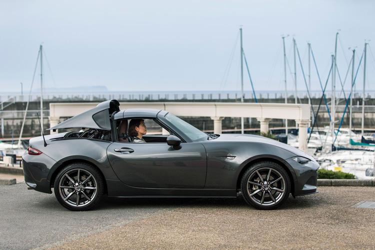 運転席ではモニターの映像で、<span style='background-color:#d3d3d3'>今ルーフがどこまで開閉しているか</span>を確認できる。