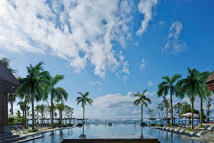解放的なメインプール。 © The Ritz Carlton Bali